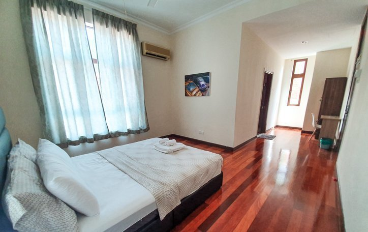 Queen room with ensuite bathroom and desk at Penang Homestay Rooms in Batu Ferringhi